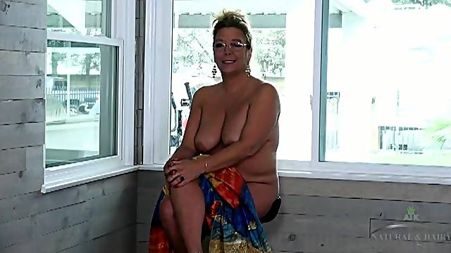 Curvy amateur mom in a naked interview