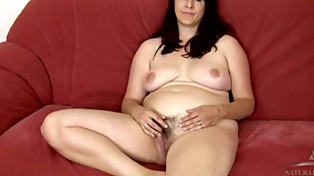 Curvaceous babe masturbates her hairy milf pussy