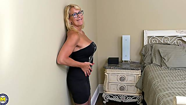 Mature Bianca J. shows off her body and satisfies herself