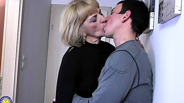 Intense one on one action with mature amateur Meriska B.