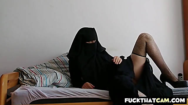 Arab girl masturbate in front of her cam