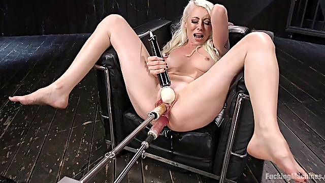 Lorelei Lee knows how to use all sex toys for amazing orgasm