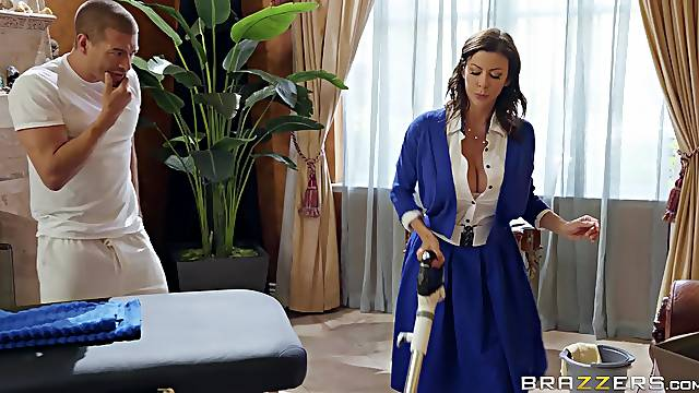 During the massage Alexis Fawx her pussy pleased by her masseur