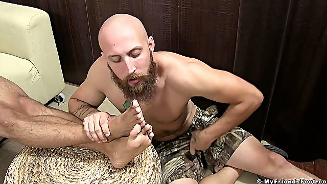 Gay dude kisses feet of his friend and enjoys getting a footjob