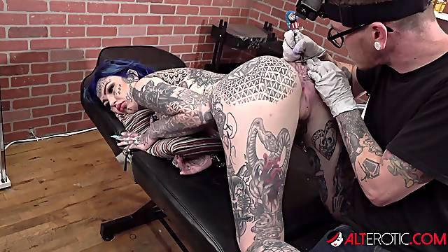 Amber Luke gets a butthole tattoo