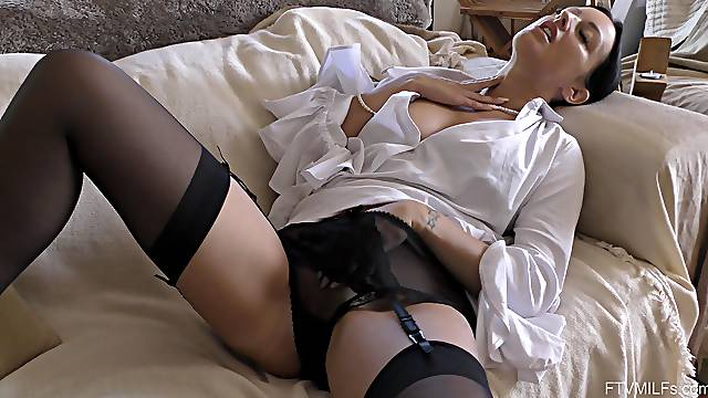 Provocative girlfriend Cassie spreads her legs to tease her man
