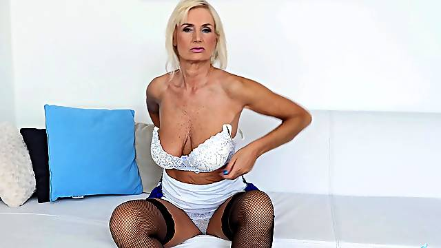 Solo mature Roxana Hanova in nylon stockings loves playing with her puss