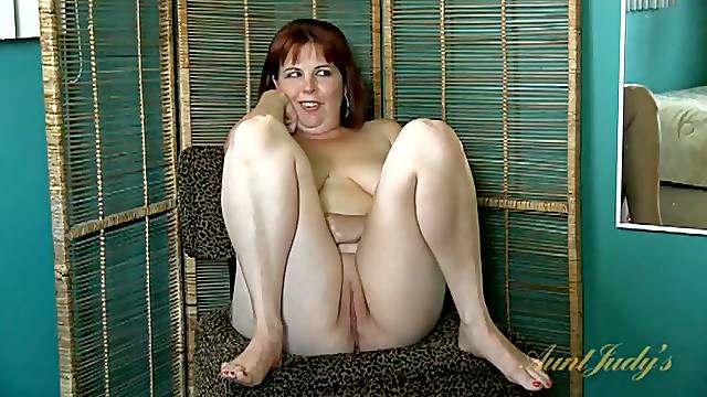 BBW redhead chatting in the nude