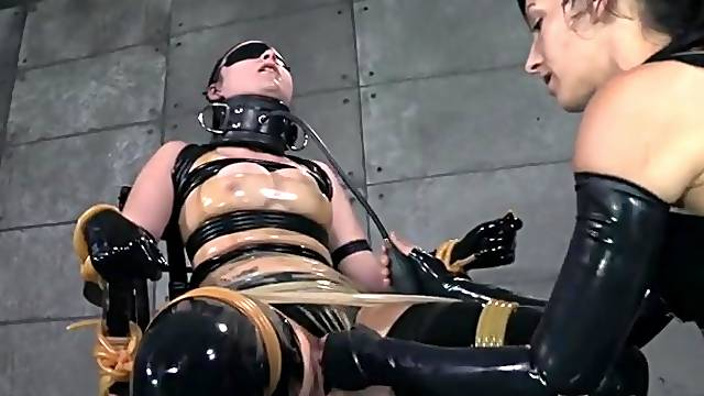 Rubber BDSM play with gorgeous Veruca James