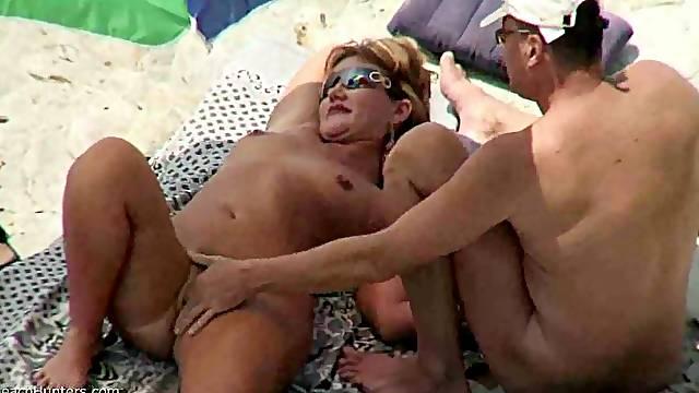 An amateur threesome at the beach