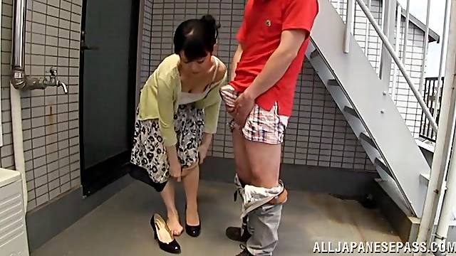 Video of a Japanese mature getting pleasured by a stranger