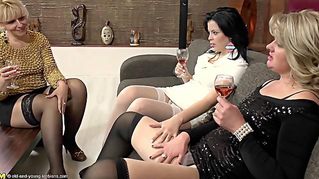 Randy ripe babes enjoy an amazing lesbian threesome game