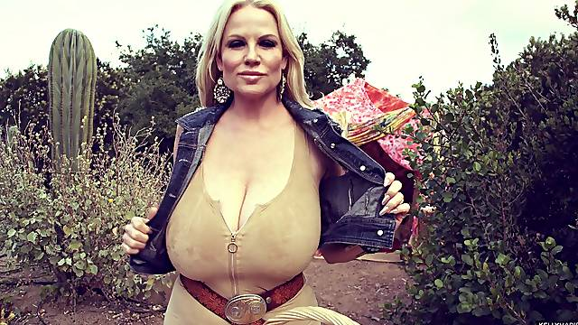 Beautiful solo model Kelly masturbating using vibrator