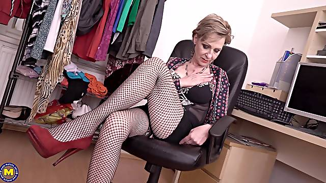 Mature amateur blonde granny Maris masturbates with toys