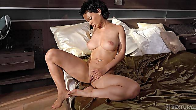 After lesbian licking Veronica Leal wants to jump on a strong penis