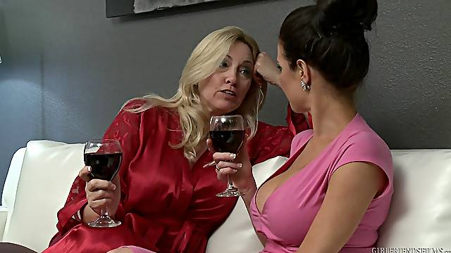 After chit chat Veronica Avluv and Cala Craves enjoy lesbian fuck