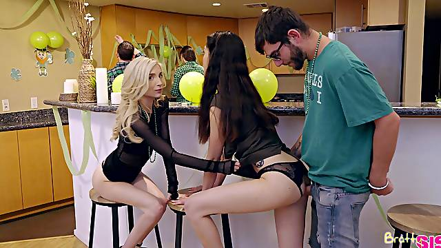 Skinny models Jericha Jem and Piper Perri fucked by one dude