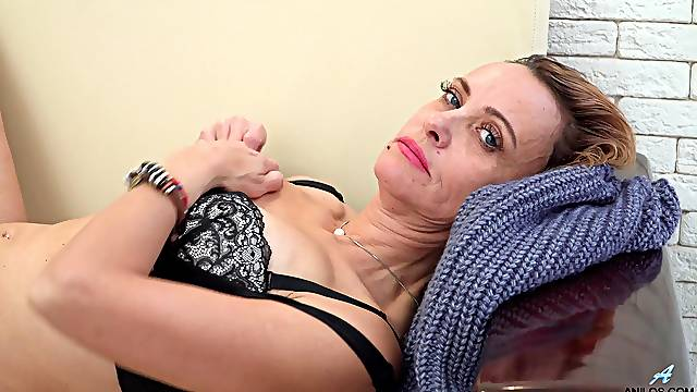 Dirty mature wife Oliya drops her panties to play with her pussy