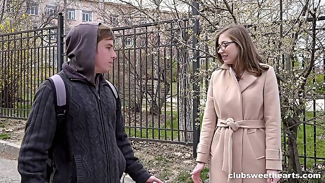 Handsome dude sticks his dick in amateur cutie Eliza Thorne