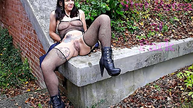 Schlampe Petra riding a dildo and loves the attention