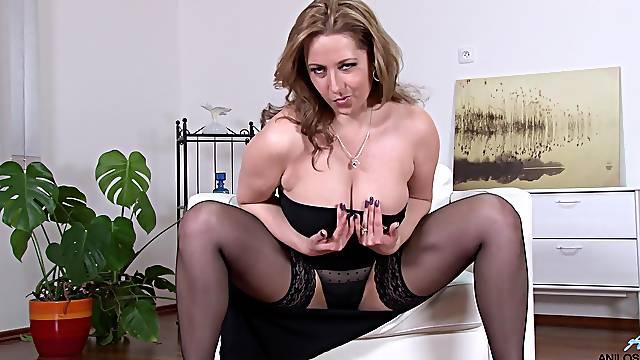 Homemade amateur video of busty mature Daria Glower masturbating