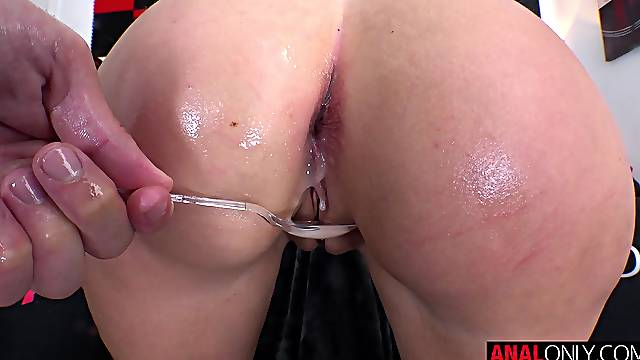 Hardcore anal pounding for Leah Winters
