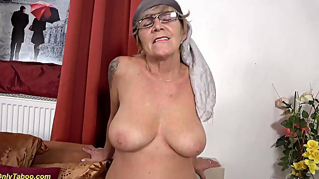 Old moms prolapse cunt licked by granny