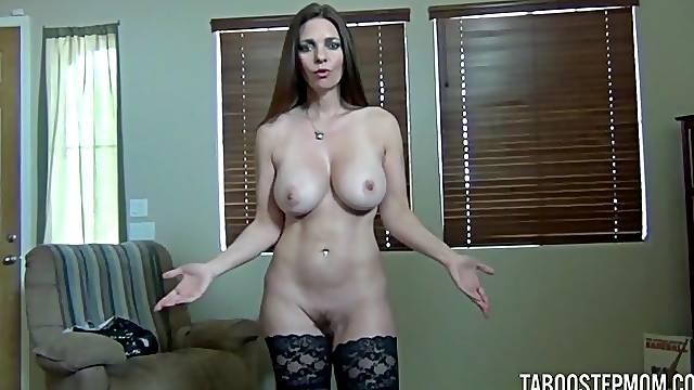 Seductive MILF Mindi Mink drops her bra and gives a nice blowjob