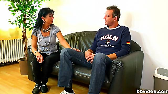 Hardcore fucking on the leather sofa with an amateur cougar