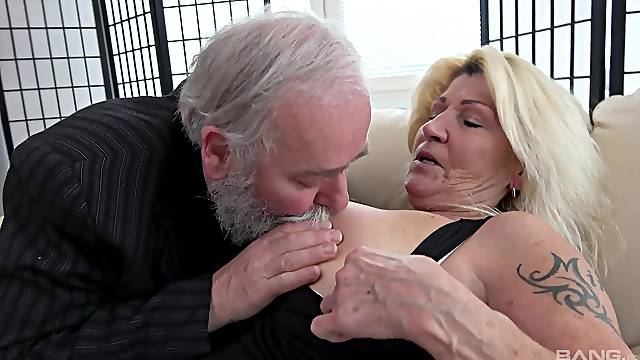 Lola Wild and Carol Red want to share a stiff delicious dick