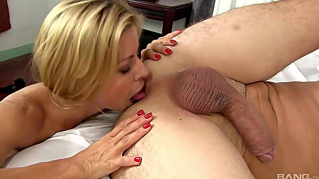 Alexis Fawx tosses her lover's salad during hardcore hookup