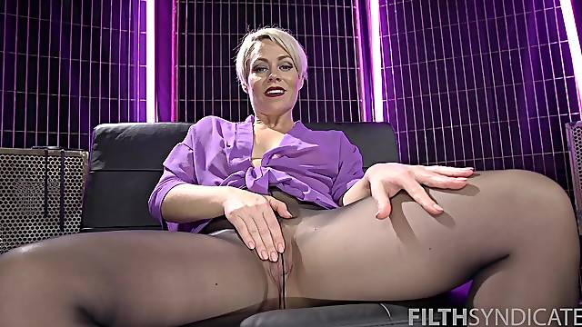 Mature finger fucks pussy in fetish solo while acting slutty