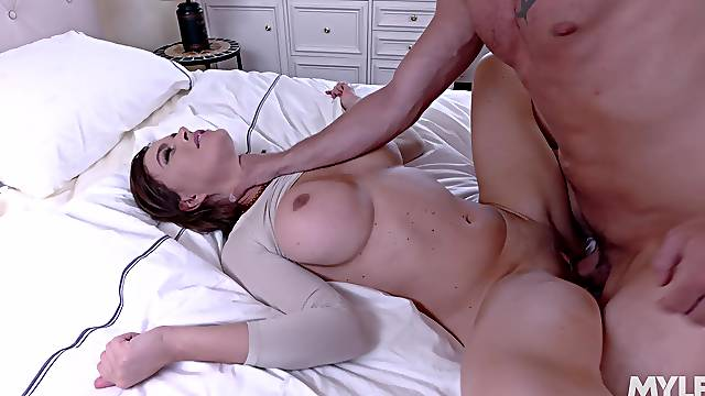 Freckled babe loads her cunt in merciless XXX home scenes