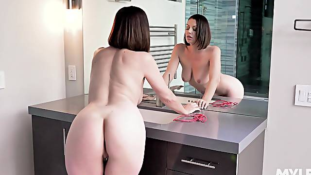 Nude woman rubs pussy on cam to reveal a slutty solo
