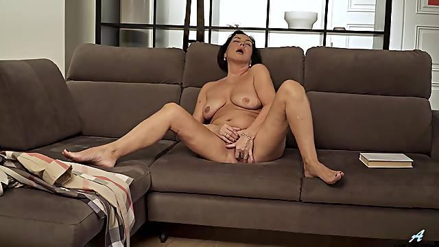 Mature sexpot Olivia Westervelt rubs her way toward solo orgasm
