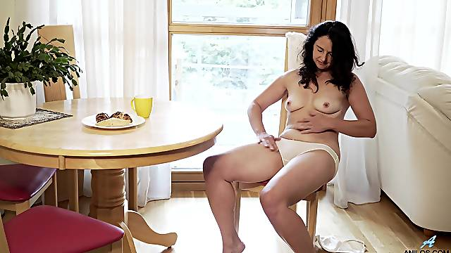 Dark-haired babe Seraphina twiddles her middle and has a grand time