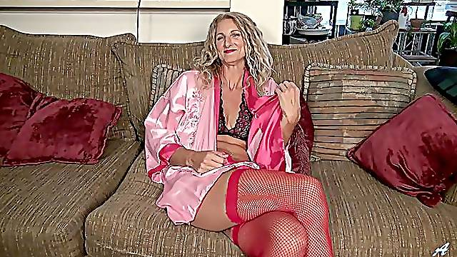 Solo mature works her new toy in a fresh video