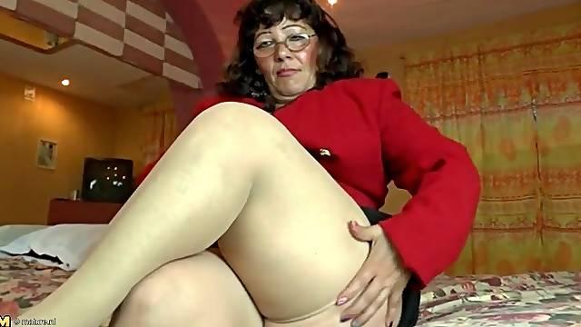 Fat mature in tan stockings masturbates