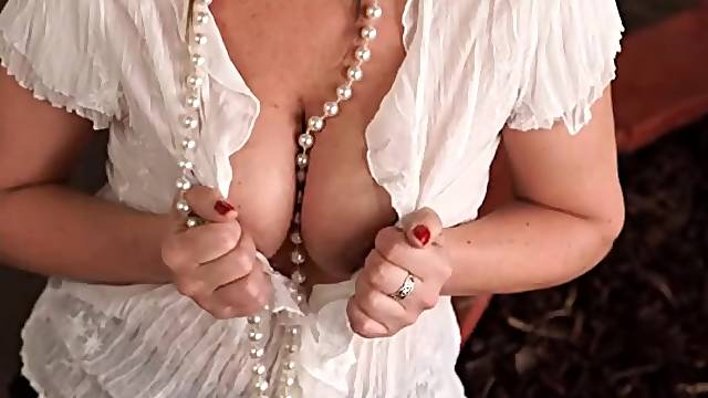 Great downblouse tease from a British milf babe