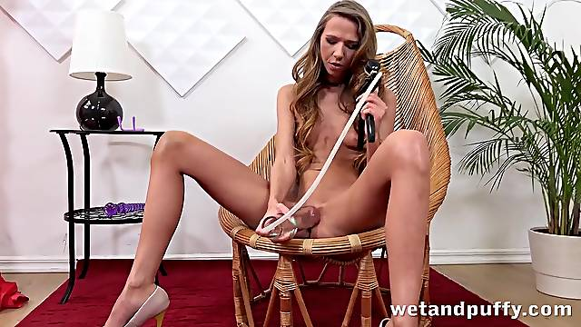 Tanned 20 year old pleasures her cunt