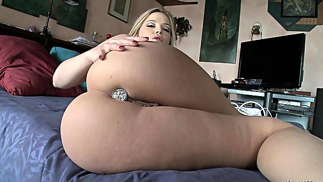Gorgeous solo MILF model Alexis Texas stuffs her ass and pussy hard