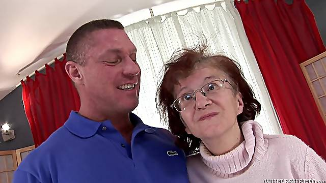 Stud bangs a wrinkly granny in her pussy