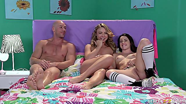 Amateur FFM sex on the bed with Katerina Kay and Lola Foxx